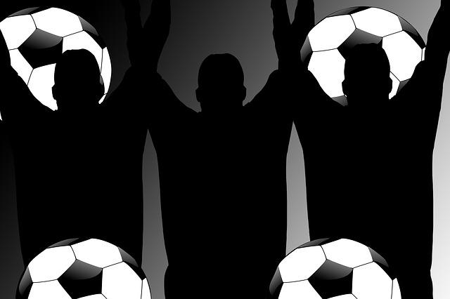 Siluety fotbalových fanoušků s míči