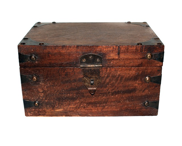 stará dřevěná truhla